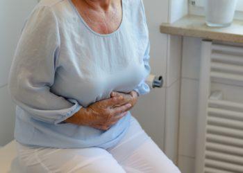Wenn sich das Zwerchfell nach oben verlagert, so hat dies weitreichende Folgen. Neben Atembeschwerden können u. a. auch Druckgefühle im Oberbauch entstehen. (Bild: michaelheim/fotolia.com)