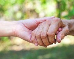 Jüngere hält ältere Hand