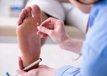 Bei einer sensomotorischen diabetischen Polyneuropathie zeigen sich zuerst Empfindungsstörungen an den Füssen und Beinen. (Bild: Elnur/fotolia.com)