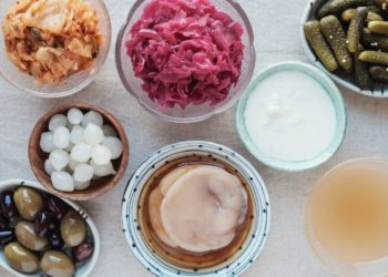 Lebensmittel wie Naturjoghurt, Kefir, Sauerkraut, milchsäureeingelegtes Gemüse und fermentierte Sojaprodukte sind leicht verdaulich und enthalten viele Probiotika. (Bild: sewcream/fotolia.com)