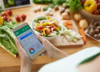 Auch das Diätkonzept nach Pape baut auf einem Kaloriendefizit auf, das Grundvoraussetzung dafür ist, um überhaupt Gewicht verlieren zu können. Kalorienzähler gibt es mitlerweile sogar als App für Handys. (Bild: DragonImages/fotolia.com)