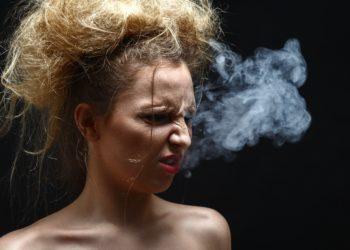 Der sprichwörtliche Raucherhusten rührt daher, dass der Körper versucht, die Giftstoffe in den Zigaretten loszuwerden. Diese reizen Bronchien wie Schleimhäute und betäuben die Flimmerhärchen. (Bild: tugolukof/fotolia.com)