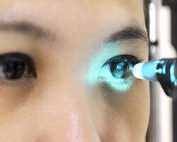 Bei einer Frau wird der Augeninnendruck gemessen.