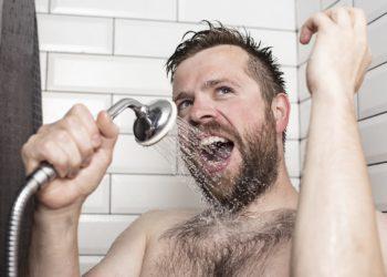 Ob morgens oder abends: man sollte nur einmal duschen. (Bild: koldunova/fotolia.com)