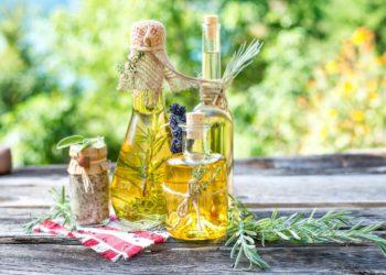 Kräuteröl wird in der Küche, der Aromatherapie oder als Massageöl eingesetzt. Bild: Hetizia