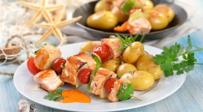 Ein gedeckter Tisch mit mediterranem Essen
