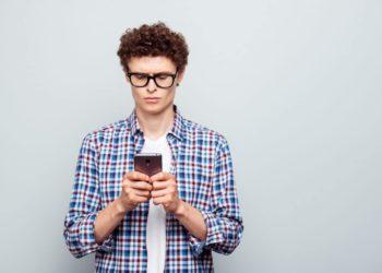 Junger Mann nutzt sein Smartphone