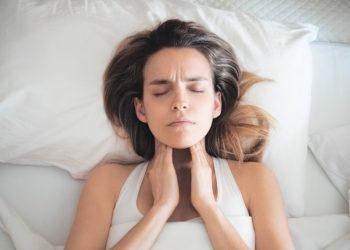 Halsjucken ist ein Symptom verschiedener Krankheiten. (Bild:ALDECAstudio/fotolia.com)