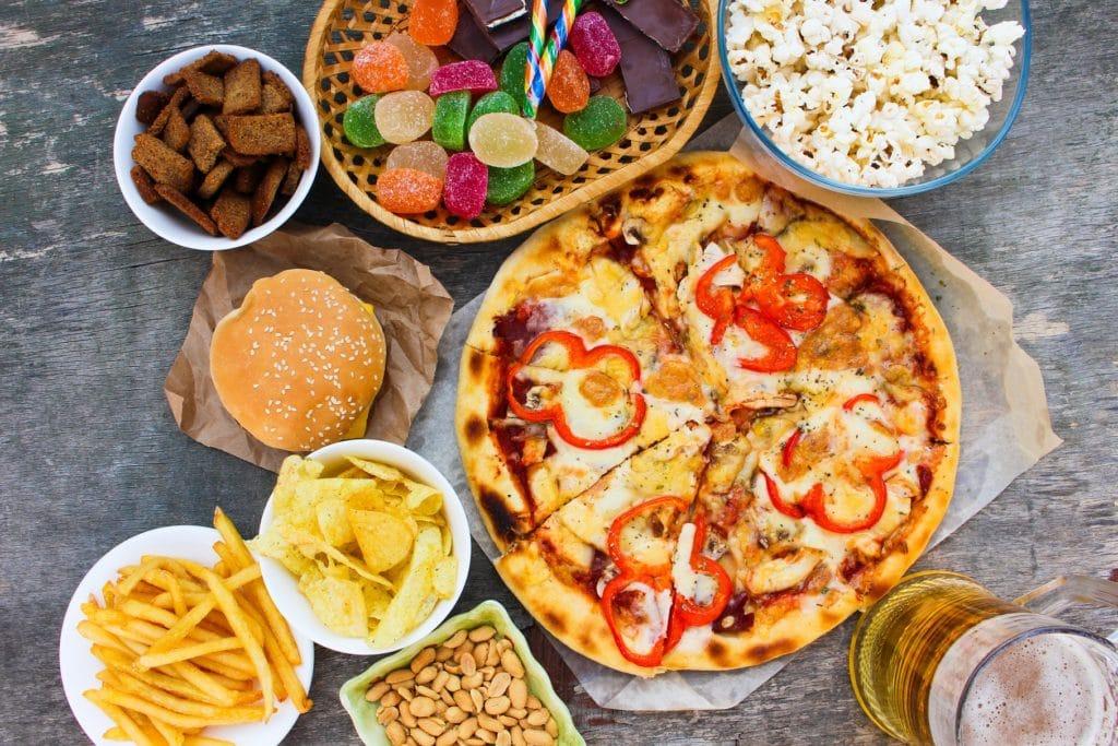 Ein Mix an ungesundem Fastfood wie Pizza und Pommes