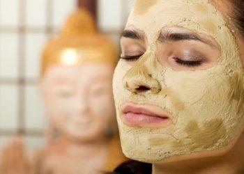 Masken aus Ton- oder Heilerde sind sowohl bei fettiger als auch trockener Haut geeignet. Sie reinigen und spenden Feuchtigkeit. (Bild: Racle Fotodesign/fotolia.com)