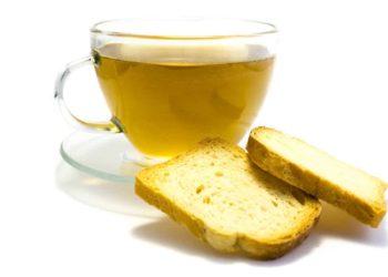Mit Schonkost verbinden viele Zwieback und Tee. Tatsächlich liefert Zwieback einfach verwertbare Kohlenhydrate und Kräutertee kann den Magen beruhigen. (Bild: oxie99/fotolia.com)