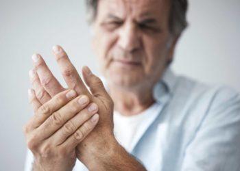 Auch Arthrose kann ein Auslöser für geschwollene Hände sein, durch die krankheitsbedingten Symptome wie der Gelenkverschleiß können auch Schwellungen auftreten. (Bild: sebra/fotolia.com)