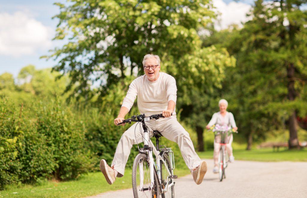 Glückliches Paar fährt mit dem Fahrrad