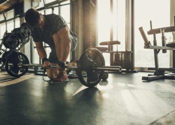 Krafttraining trägt dazu bei, dem natürlichen Muskelabbau im Alter entgegenzuwirken. Ein Experte erklärt, was Männer ab 40 beim Muskelaufbau beachten sollten. (Bild: bernardbodo/fotolia.com)