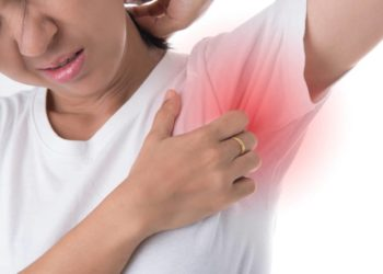 Bei Schmerzen in der Achselhöhle sollten die Symptome unbedingt ärztlich abgeklärt werden, somit können rechtzeitig entsprechende Gegenmaßnahmen begonnen werden. (Bild: nareekarn/fotolia.com)