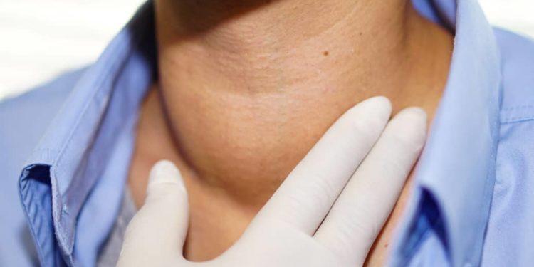 Kiefer hals unterm schmerzen am Lymphknoten am