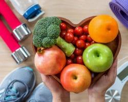 Eine herzförmige Schale, die mit Obst und Gemüse gefüllt ist