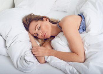 Frau schläft im Bett
