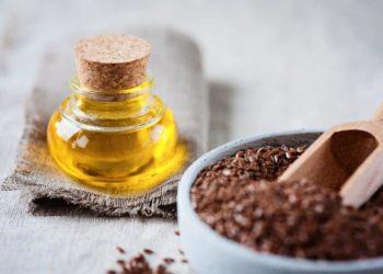 Leinsamen und Leinöl auf einem Tisch