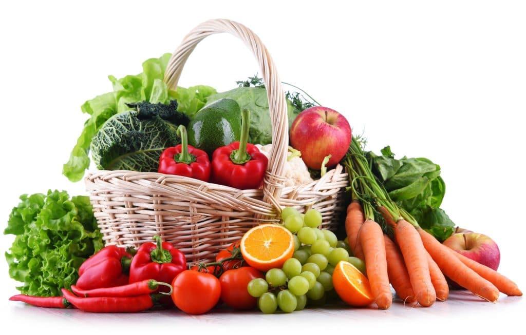 Ein Korb voller Obst und Gemüse