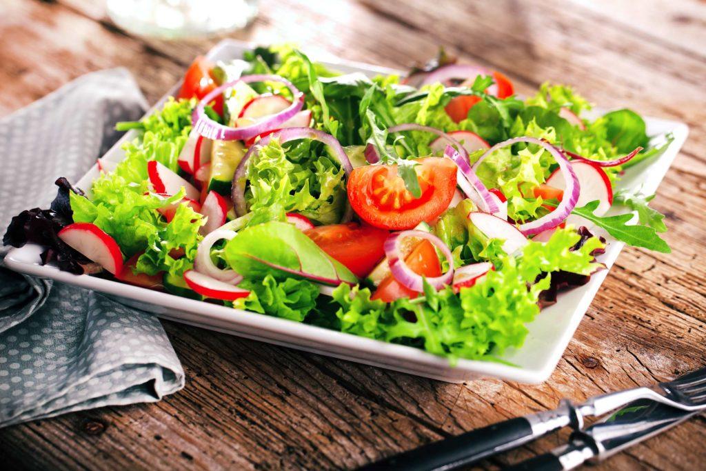 Wichtige Gesundheitswarnung wegen resistenter Bakterien in diesen Salaten und Kräutern!