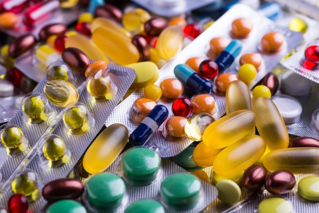 Verschiedene Medikamente lose und in Blasen auf einem Haufen