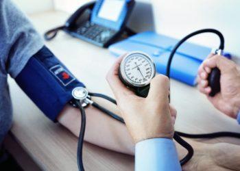 Beim Messen des Blutdrucks kann es zu falschen Werten kommen. Bild: Brian Jackson/fotolia.com)