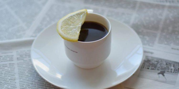 Kaffee und Zitrone