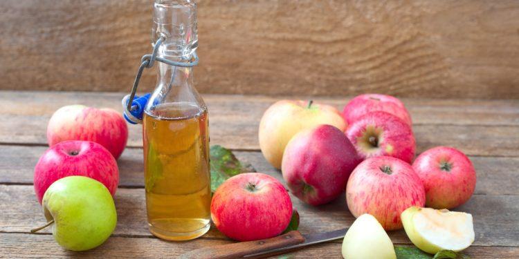 Apfelessig, Äpfel und ein Schälmesser