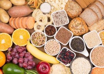 Eine große Auswahl an ballaststoffreichen Lebensmitteln wie Obst, Gemüse und Hülsenfrüchten