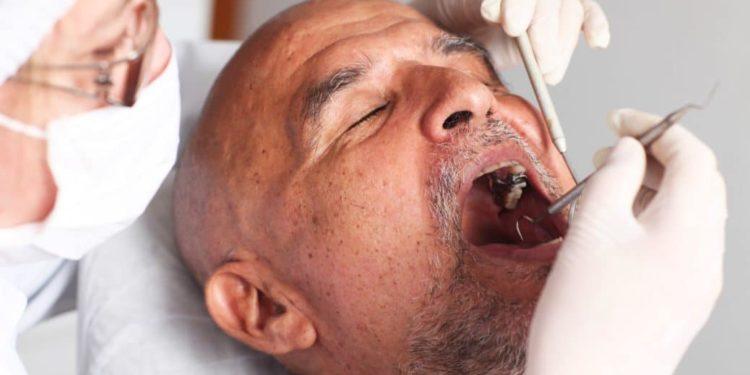 Ein Mann bei der zahnärztlichen Kontrolle
