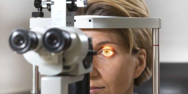 Frau beim Optiker