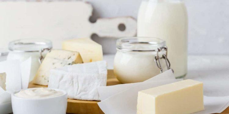 Verschiedene Milchprodukte auf einem Tisch