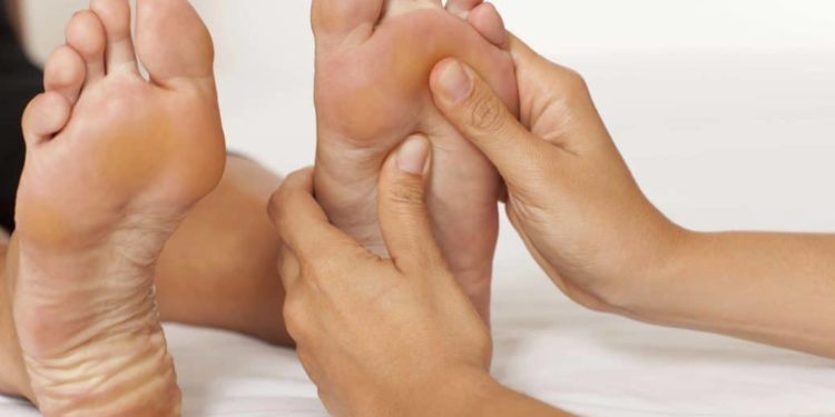Ein Fußsohle wird massiert