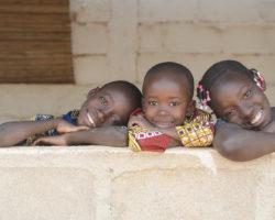 3 lächelnde farbige Kinder