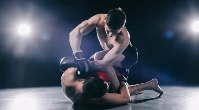 2 Männer beim Kampfsport. Einer liegt am Boden.