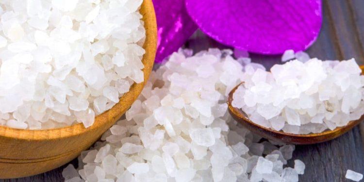 Salzkristalle in Holzgefäß und auf Holzlöffel