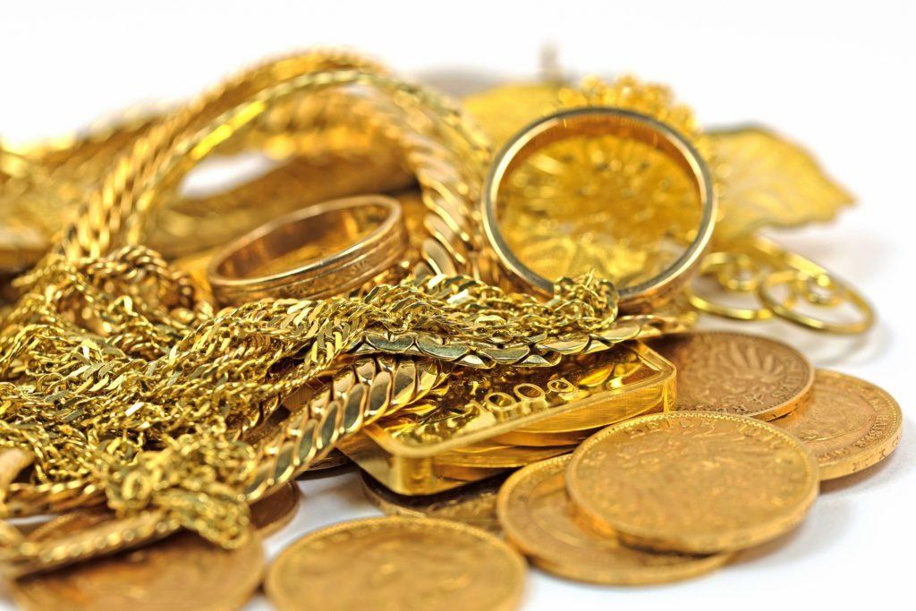 Goldschmuck liegt auf einem Haufen.