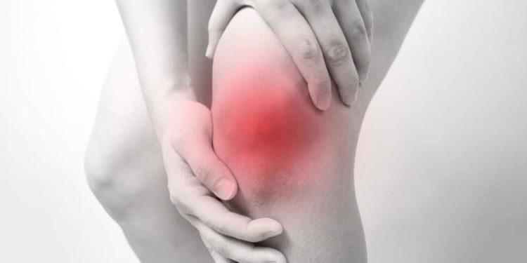Person fasst sich ans schmerzende Knie