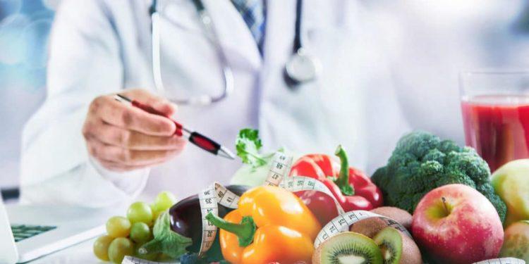 Obst und Gemüse auf dem Tisch eines Arztes