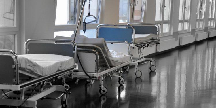 Leeres Krankenbett auf dem Flur eines Krankenhauses