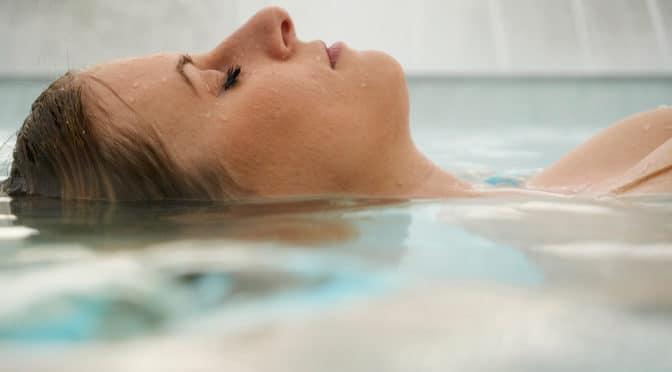 Silhouette eines Frauengesichts ragt aus dem Wasser