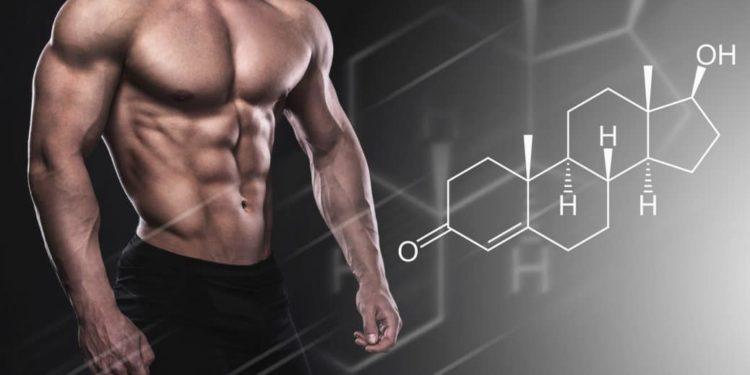 Muskulöser Männeroberkörper mit der chemischen Formel für Testosteron im Vordergrund