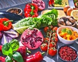 Obst, Gemüse, Nüsse auf einem Tisch