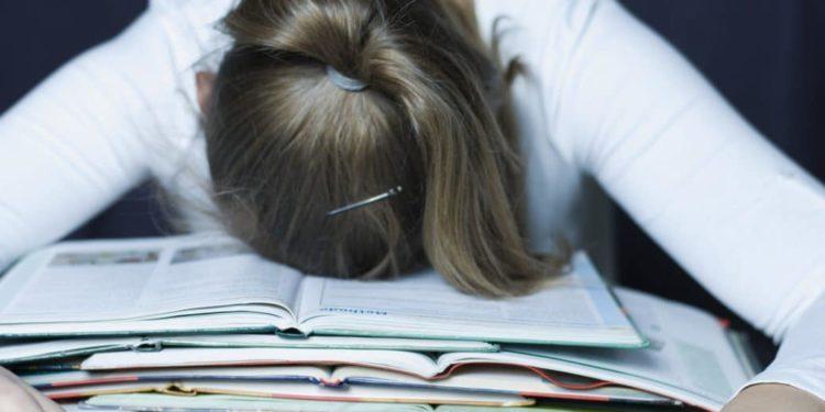 Frau schläft beim Lernen ein