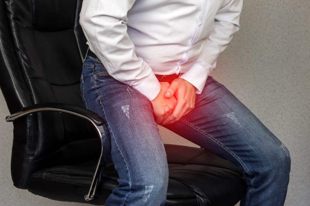 Mann hat Schmerzen im Genitalbereich