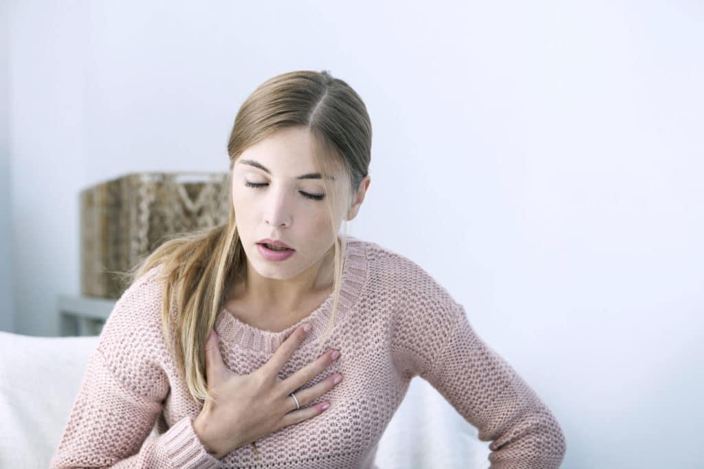 Junge Frau kann schwer Luft holen
