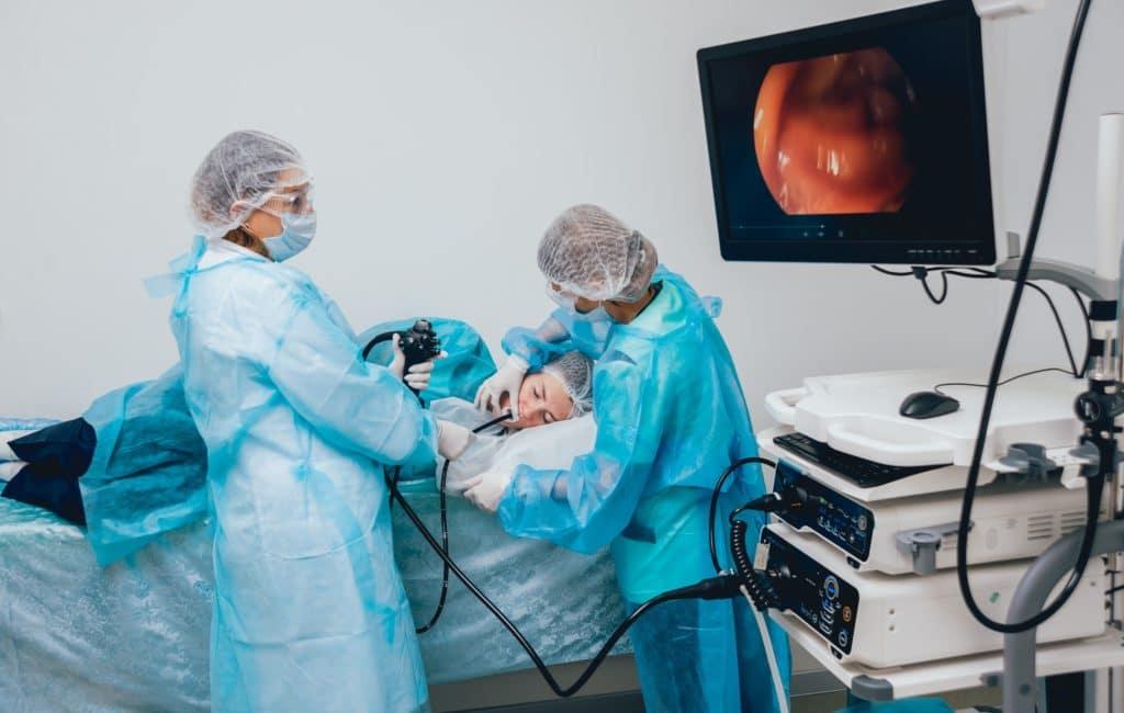 Ärzte führen Endoskopie durch