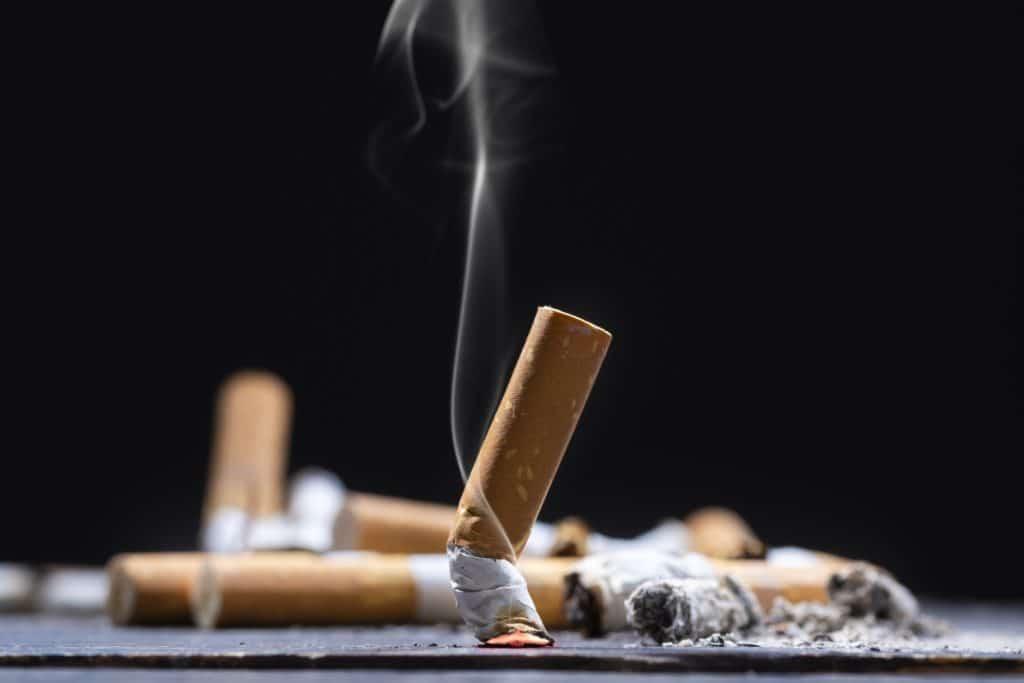Zigarettenkippen auf Tisch