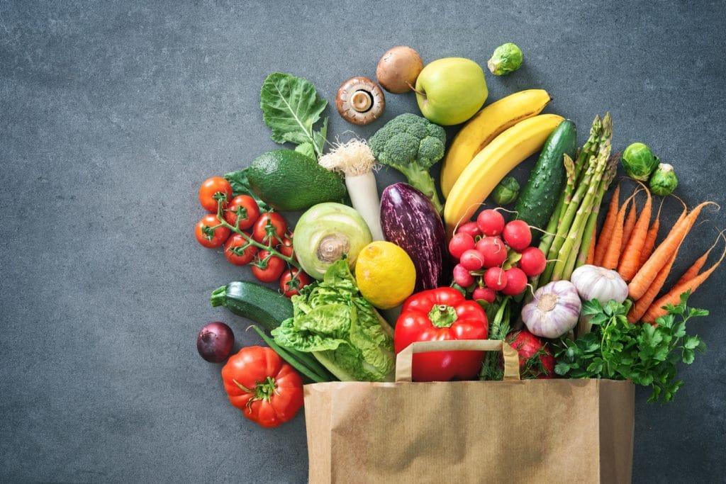 Papiertüte mit frischem Obst und Gemüse